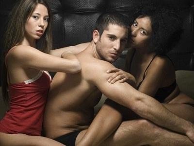 trio, hombre,  dos mujeres, nuevoloquo