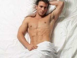 Hombres en la cama
